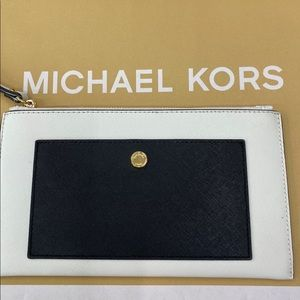 NEW MICHAEL KORS LARGE POCKET CLUTCH WHITE & BLACK